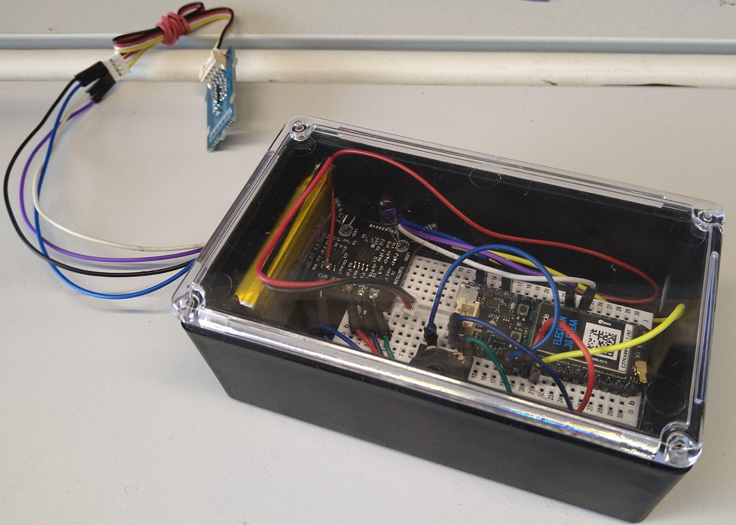 Kehitetty mittaus- ja lähetysjärjestelmä. Järjestelmä on varustettu 3G-datayhteydellä ja Li-Po-akulla. Läpinäkyvän kannen jäätymistä tarkkaillaan infrapunan avulla.